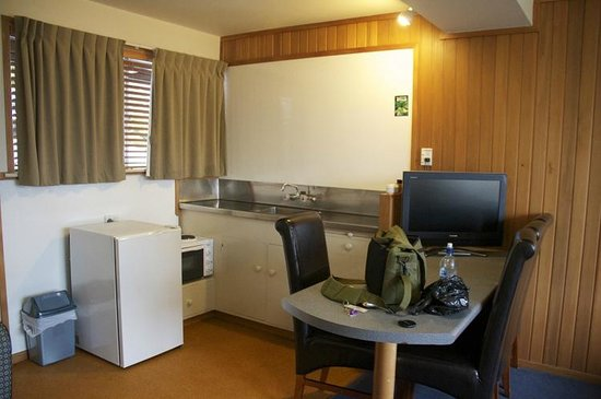 Discovery Lodge: Spacious area around the sink