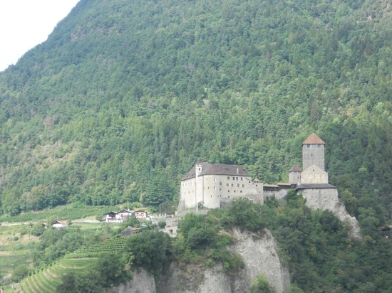 Castle Tyrol - South Tyrolean Museum of History : castel tirolo visto dal sentiero