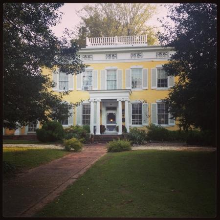 Causey Mansion Bed & Breakfast : Photo of the beautiful Causey Mansion from the front lawn