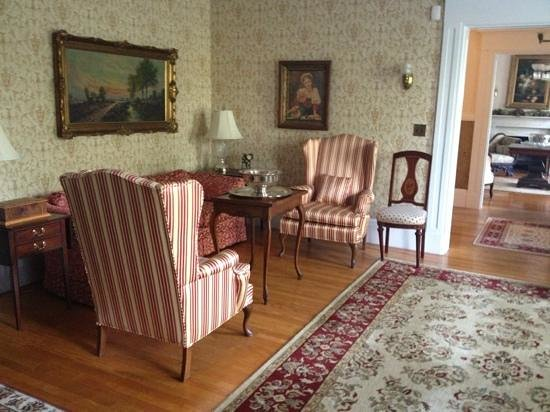 Causey Mansion Bed & Breakfast : The living room