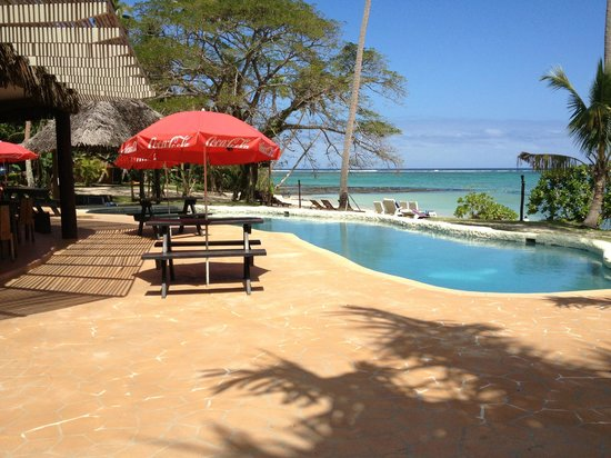 Mango Bay Resort Fiji: Pool and seating outside Bar/Restaurant
