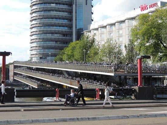 Ibis Amsterdam Centre: alem da fachada que fica enfeitadas pelas bikes