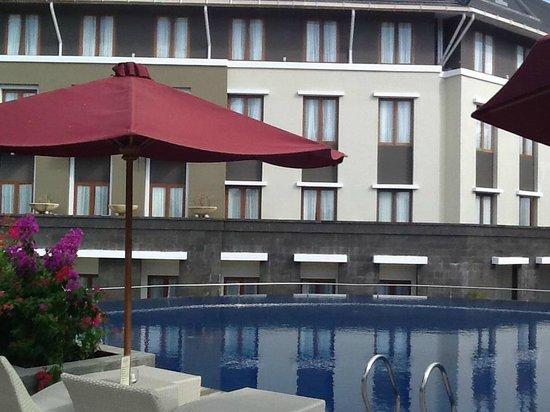 Mercure Bali Nusa Dua: プールサイドからみたホテル