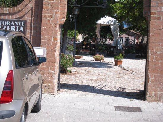 Pizzeria Pozzo Beccaro : Garden seen from entrance