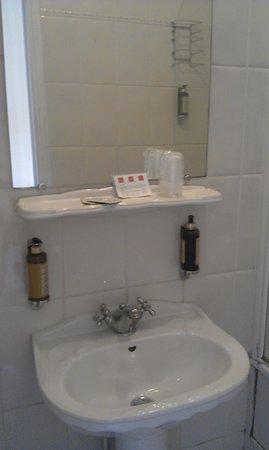 Badkamer: spiegel met wastafel - Picture of Hotel Regyn\'s Montmartre ...