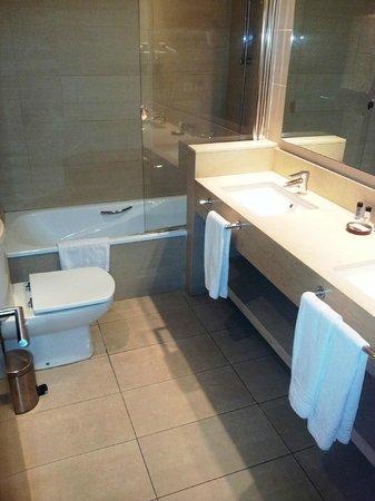 Condado Hotel Barcelona: Spotless bathroom