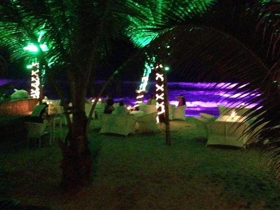 The Surin Phuket: tables du Taste sur le sable avec les illuminations