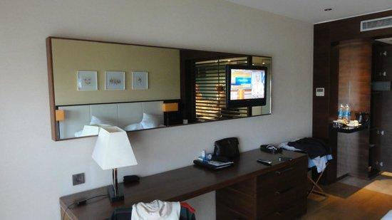 Sensimar Side Resort & Spa: Spiegel mit Fernseher