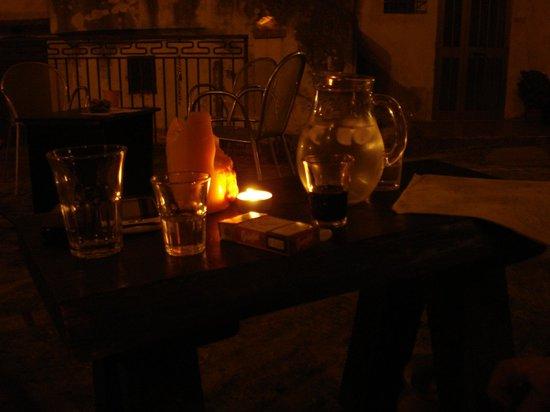 Il Vicolo Vineria: Seduto comodamente ai gradini.....sorseggiando della grappa al cedro