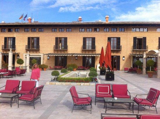 Castillo Hotel Son Vida, a Luxury Collection Hotel: Fantastiks terrasse med utsikt over Palma - hvitvinen smaker godt