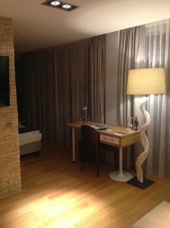 Congress Hotel Am Stadtpark: kleiner Schreibtisch, Mittelsäule mit großem LED TV