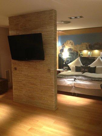 Congress Hotel Am Stadtpark: Blick in den Schlafbereich vom Wohnbereich aus