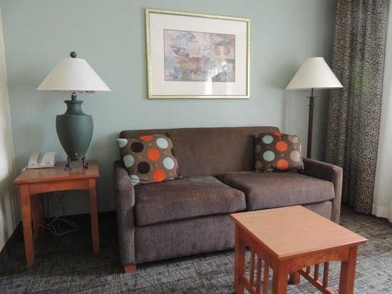 Staybridge Suites Corning: Sitting area facing the bed