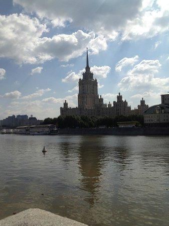 Radisson Royal Hotel Moscow: Hotel di giorno visto dalla moscova