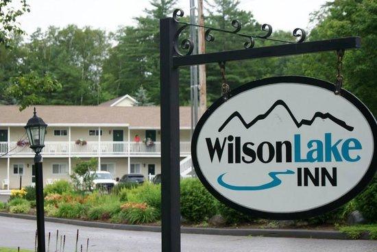 Wilson Lake Inn: Blick von der Straße zum Hotel