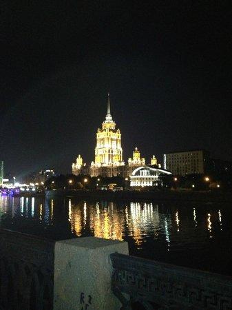 เรดิสสันรอยัล มอสโคว: L'Hotel di notte visto dalla Moscova