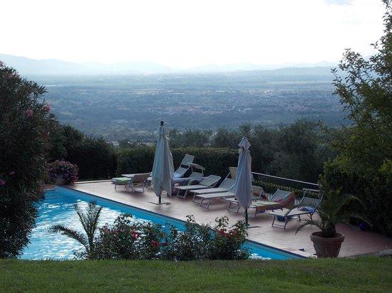 Farmhouse Residence Casa Italia: uitzicht over het dal vanaf ons terras
