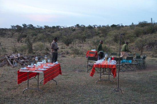 Ol Seki Hemingways Mara: Staff getting ready for our bush dinner on the final night