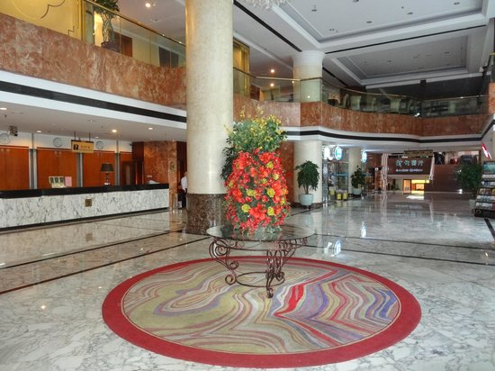 Guilin Plaza Hotel: Lobby with reception