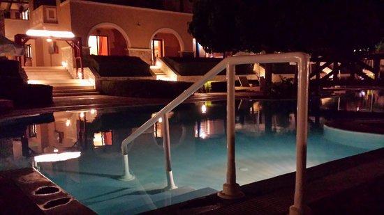 Aldemar Olympian Village: Η πισίνα το βράδυ