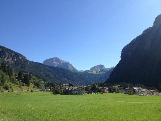 Alpen Hotel Corona Sport & Wellness: Dintorni..verso Canazei..