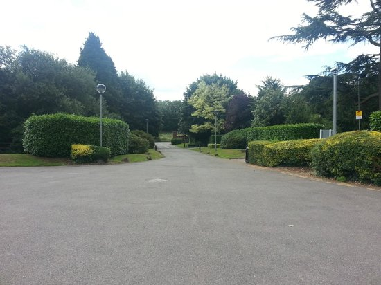 Aubrey Park Hotel: Hotel grounds and drive way of hotel