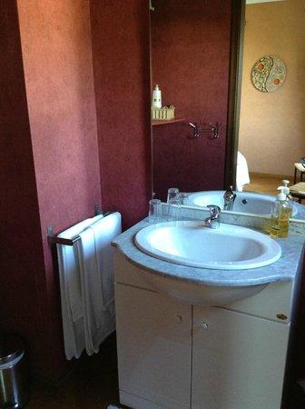 La Villa Fleurie: Coin lavabo dans notre chambre.