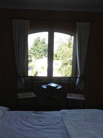 La Villa Fleurie: Table avec gros cahier de bonnes adresses/informations.