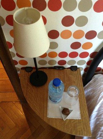 La Villa Fleurie: Bouteille d'eau et chocolat dès notre arrivée.