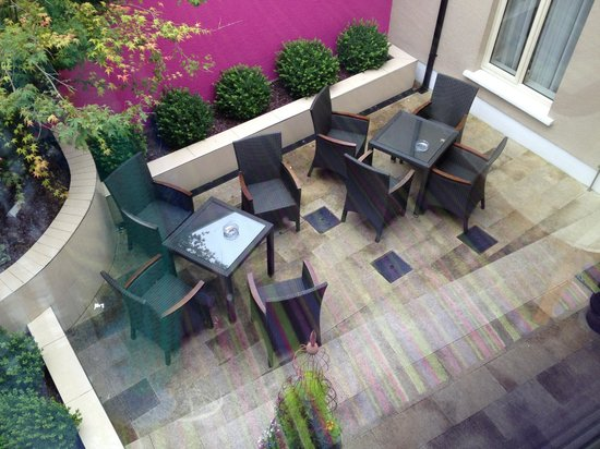 Talbot Hotel: outdoor lounge