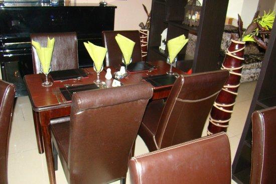 The Promenade Hotel: Resturant Area