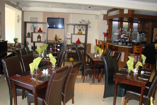 The Promenade Hotel: Bar and resturant Area