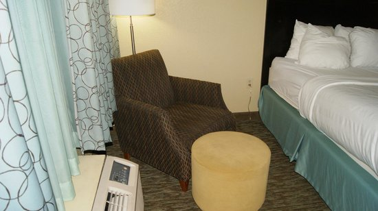 Crowne Plaza Memphis Downtown: A seperate armchair in the main room