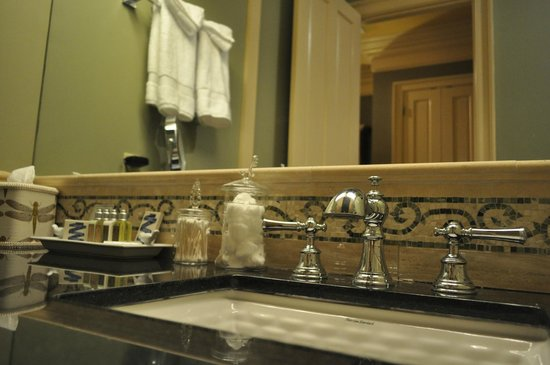 The Inn at Houmas House: Bathroom Vanity area