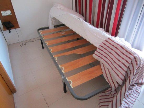 Pabisa Sofia: Pritsche nimmt Zimmer fast vollständig ein