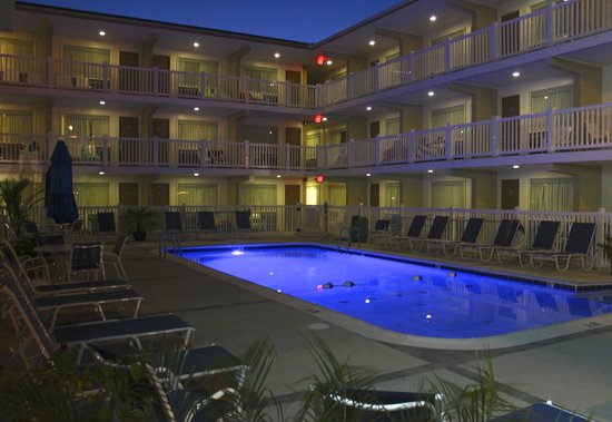 Oceanus Motel: The Oceanus is just as beautiful at night!