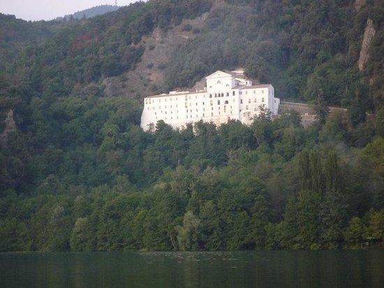 Abbazia di San Michele: l'Abbazia vista dal lago