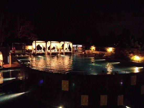 Mercure Bali Nusa Dua: 宿泊した部屋から眺めたプール。くつろぎながら飲食可能