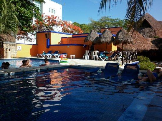 Real Playa del Carmen: la piscina tiene zonas para descanzar y zonas para recreacion