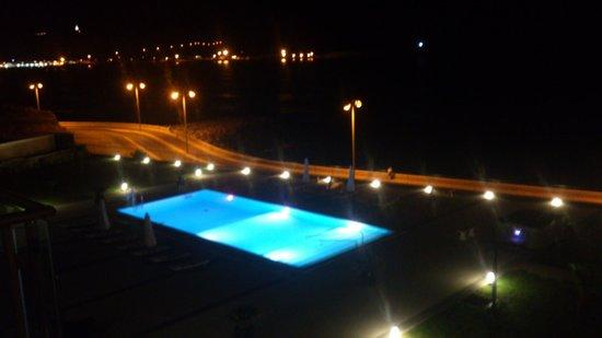 Aparthotel Atlântida Mar: La piscine de nuit