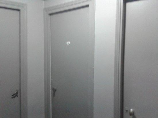 Hotel Nation Montmartre : room doors, hallway