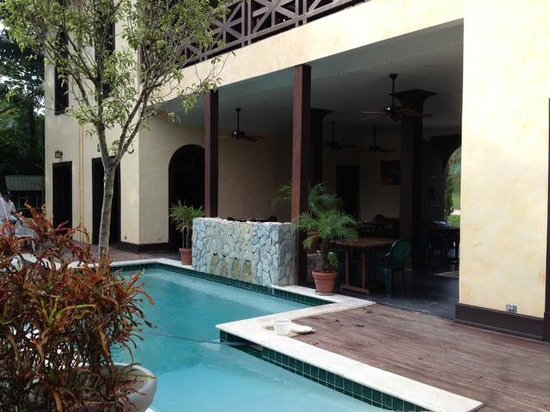 Mahogany Hall Boutique Resort: Pool and dining area