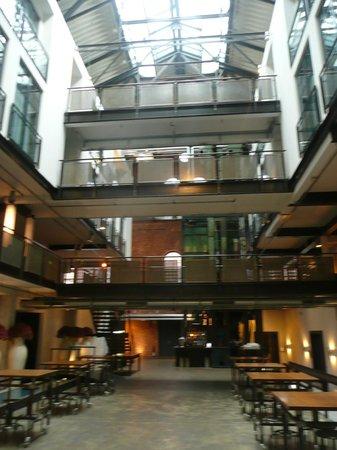 Gastwerk Hotel Hamburg : De centrale hal, hart van de oude gasfabriek