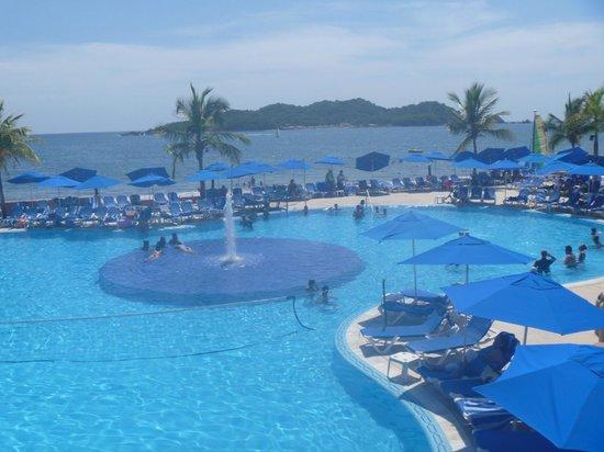 Azul Ixtapa Beach Resort & Convention Center : Una de las Albercas y vista al Mar