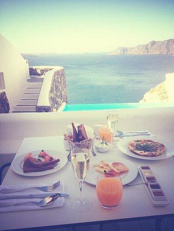 Katikies Hotel: Breakfast right outside room