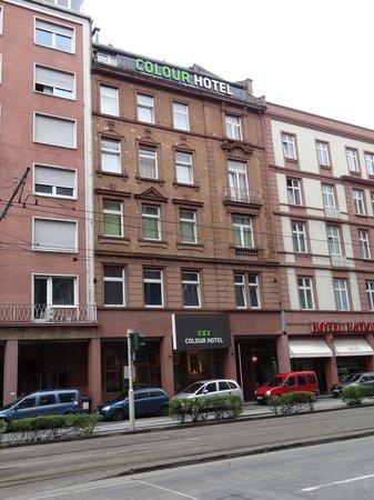 Colour Hotel: ホテル入口