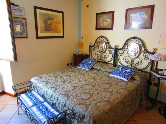 Bed and Breakfast New Day: Habitación con cama doble y baño