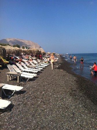 Jo Jo's Beach Bar : black sand is hot!