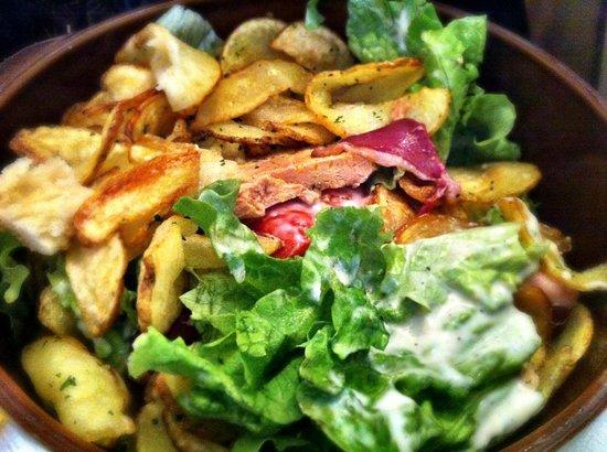 LE RELAIS GASCON : Ensalada con Magret de Pato y patatas fritas (Salade Gascon)
