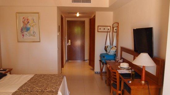 Hipotels Barrosa Park: Espaciosa habitación